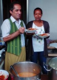 mit Yorda um das kulinarische Wohl der Gäste kümmerte.